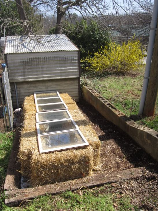 Post Invernadero semillero con balas de paja